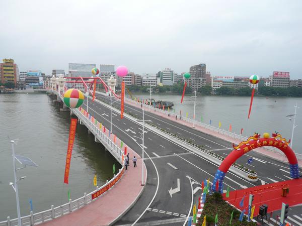 6月22日重新建成的开平市潭江大桥正式通车,与下游的开平大桥(又称潭江二桥)互相辉映,成为双桥飞渡,开平新景点之一。 潭江大桥是开平市城区建设最早的大型桥梁之一,是连结长沙、新昌两埠最繁忙的交通枢纽。原来的潭江大桥分两个时期建成,前期部分于1963年建成,后期部分于1978年完工。至2004年,有关部门对该桥建成部分鉴定为危桥。2006年,开平市委、市政府决定在原地重建潭江大桥。现建成通车的新潭江大桥总长328米,宽31.